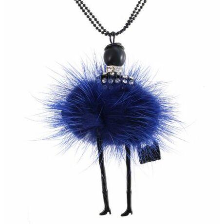 Kék ruhás nő nyaklánc
