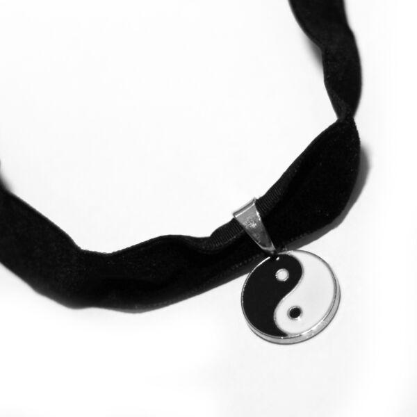 Jin-jang nyaklánc szalagon